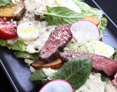 iwq01b-teplyj-stejk-salat