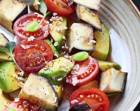 салат азиатский с баклажаном, черри и авокадо