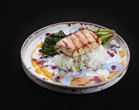 семга гриль с рисом и шпинатом