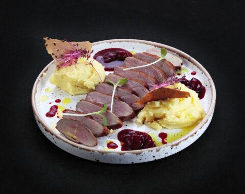утиное магре с картофельным муссом и вишневым соусом