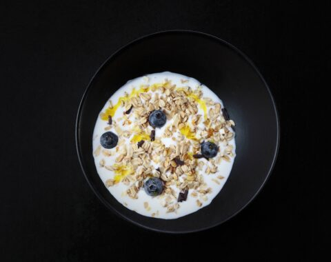 гранола с йогуртом и ягодами