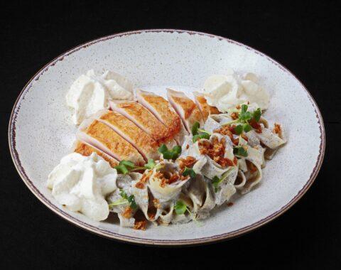 куриная грудка су-вид с пастой в трюфельном соусе