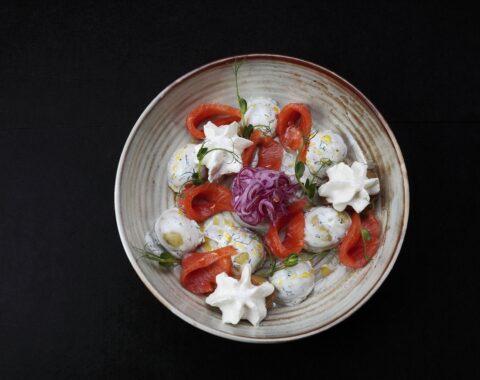 салат деревенский с форелью